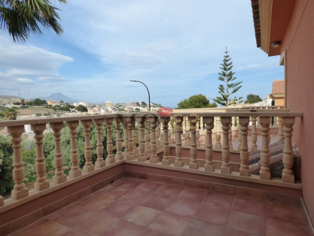 Exepcional villa 500M from the beach with air access, cold heat, central heating + bbq area and own pool, in El Campello!